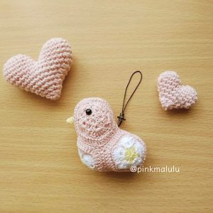 A pink little bird with crochet hearts by @pinkmalulu